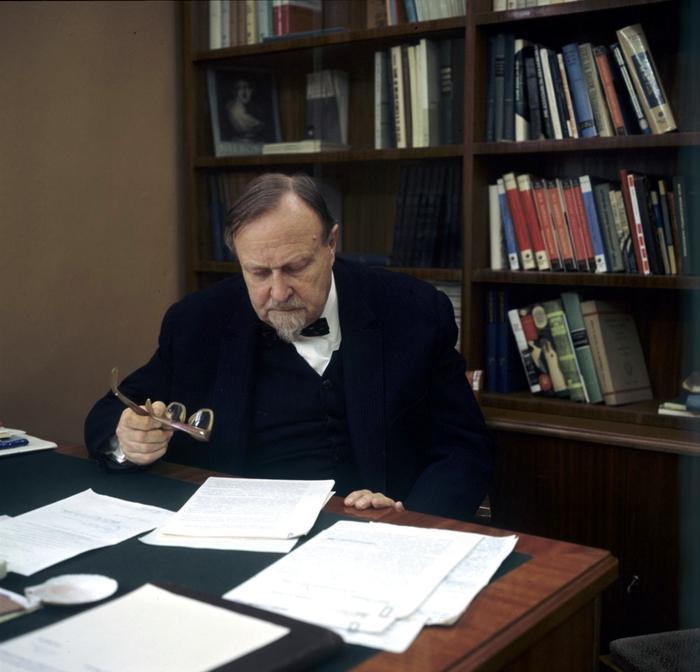 биохимик Александр Опарин