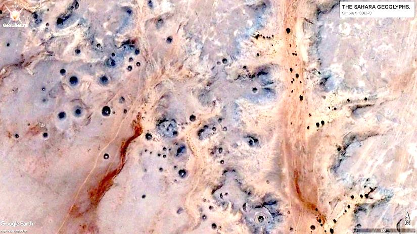 Скопление точек, среди которых имеются небольшие объекты в виде полумесяца