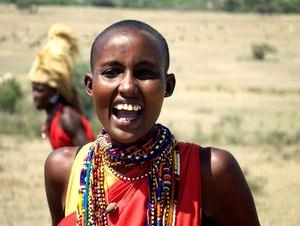 Масаи женщины бреют головы