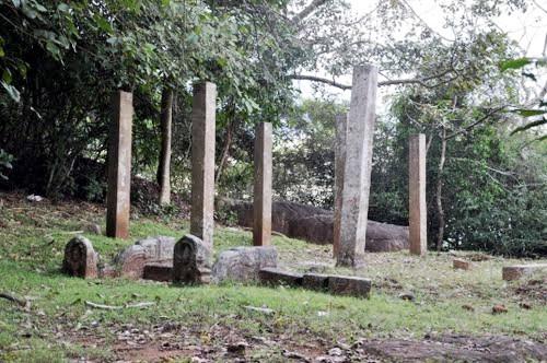 Каменные колонны Михинтале