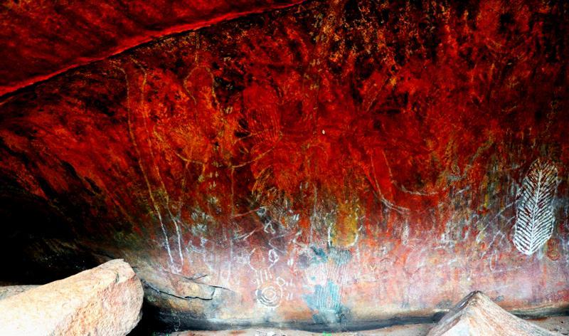 Наскальные рисунки аборигенов в пещерах Улуру