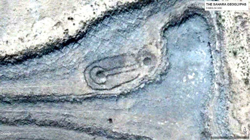геоглифы Сахары Символ SK 2438, к которому примыкает символ SR