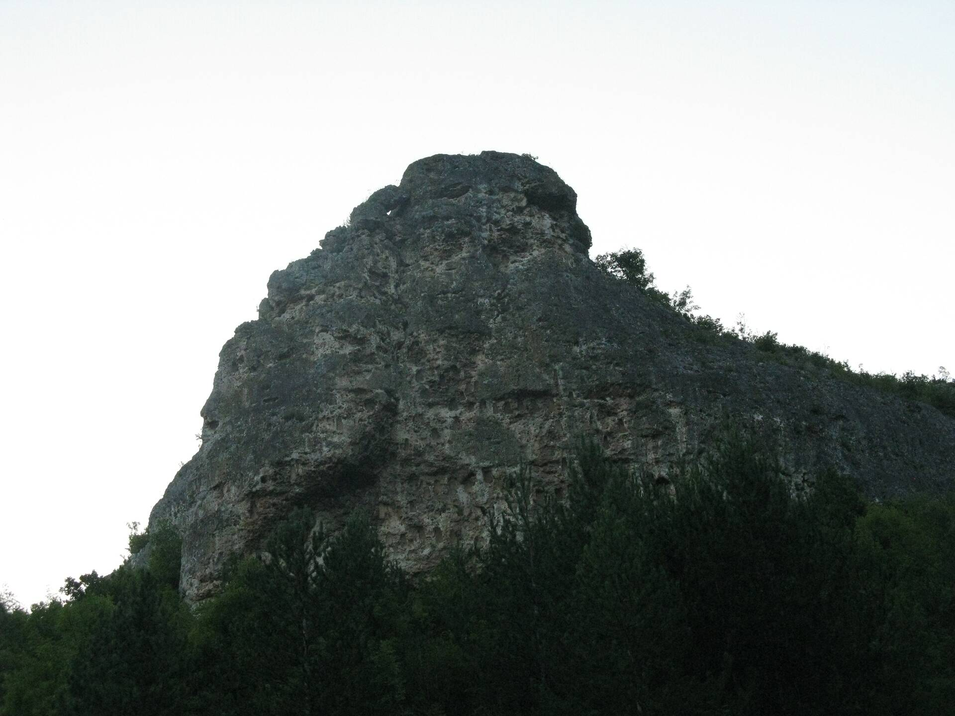 Трапециевидные ниши Кован Кая, вырезанные в скалах